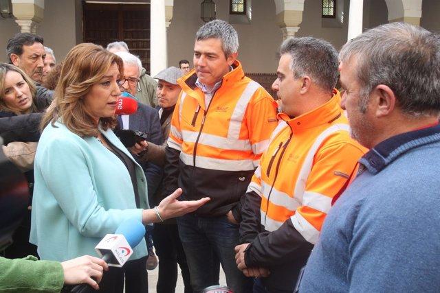 Susana Díaz conversa con estibadores en el patio del Parlamento andaluz