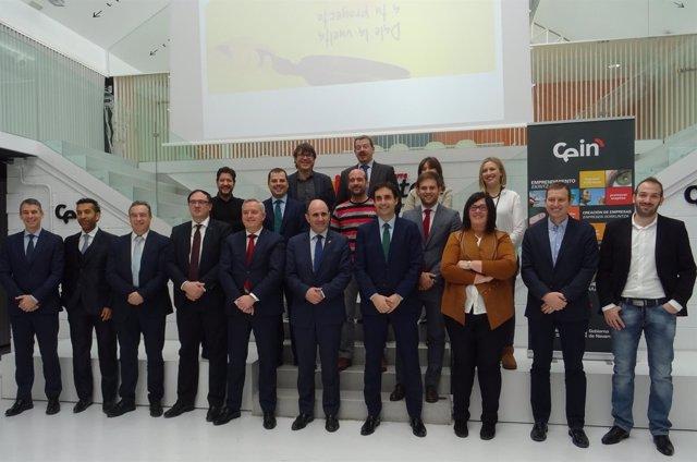 Manu Ayerdi y Pilar Irigoien junto con representantes de las empresas