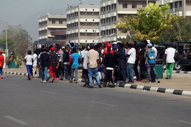 Manifestantes nigerianos protestan cerca del Ministerio de Asuntos Exteriores