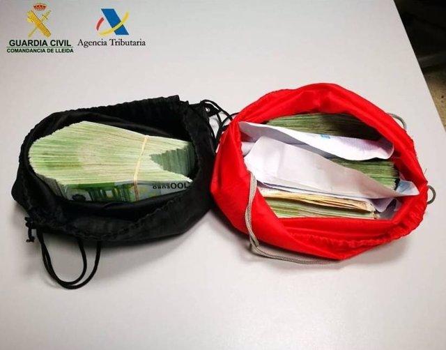 Dinero localizado por la Guardia Civil a dos ancianos en dos mochilas