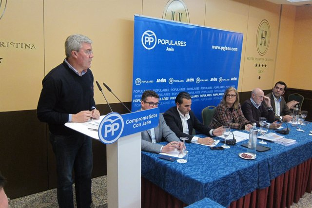 Fernández de Moya interviene en una reunión con cargos en Segura y Las Villas.