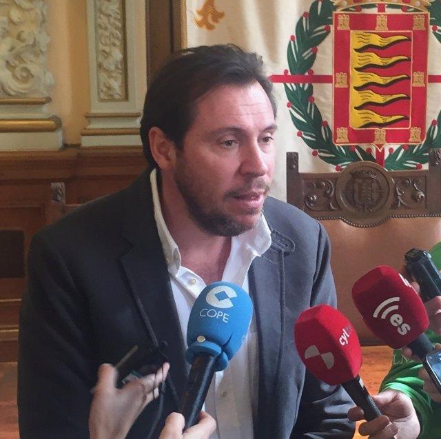 Valladolid. El alcalde, Óscar Puente, atiende a los medios de comunicación