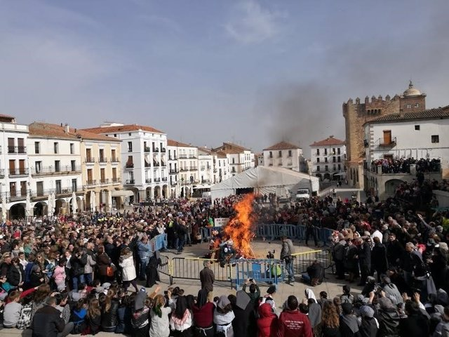 Quema del Pelele de Cáceres con la que arranca el Carnaval