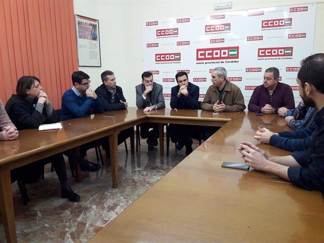Maíllo y Garzón (fondo) con los sindicalistas de Deoleo