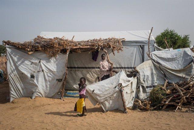 Una niña y su hermana en un campo de refugiados en el lago Chad.