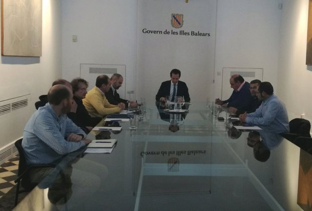 Reunión entre el conseller Pons y representantes del sector del taxi