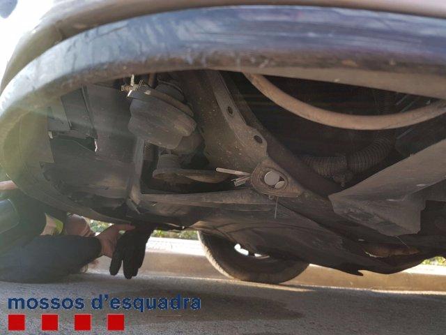 Los ladrones escondieron las herramientas con un imán bajo el coche