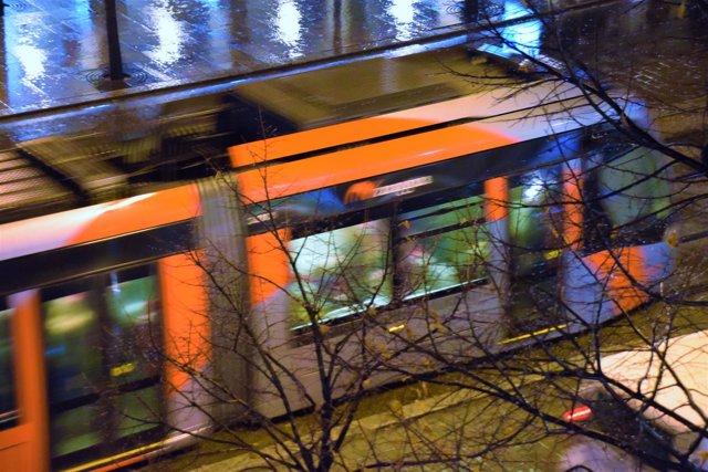 El tranvía, este martes, circulando bajo la lluvia por Zaragoza.