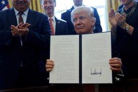Trump encarga a las agencias federales reducir la carga burocrática