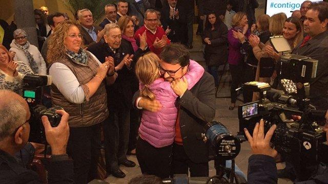 Antona abrazado a su actual secretaria general en su presentación de campaña