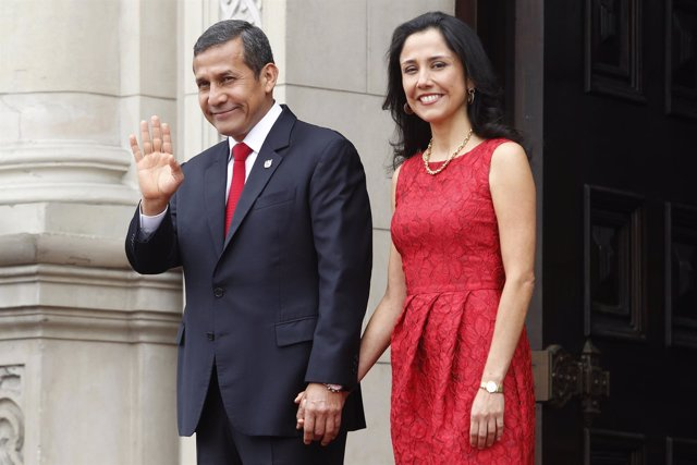 Peru's President Ollanta Humala waves to the media next to First Lady Nadine Her