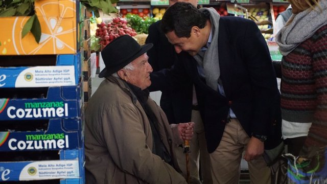 Juanma Moreno visita un mercado de abastos