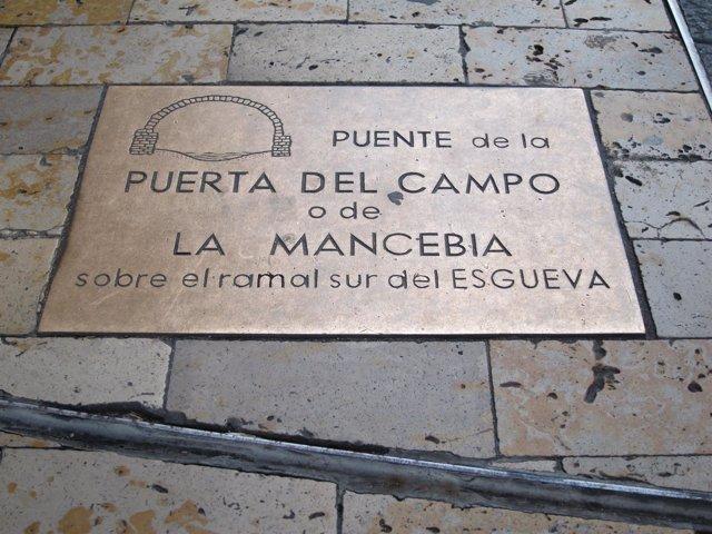 Placa que recuerda el emplazamiento del puente de la Puerta del Campo