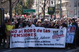 """Cerca de 30 organizaciones se manifiestan en Zaragoza """"en defensa de las pensiones"""""""