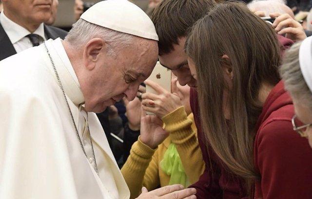El Papa reza con dos jóvenes en una audiencia general