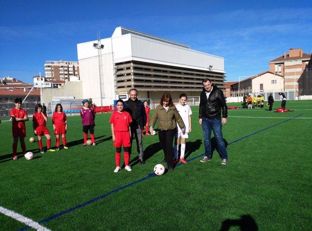 La consejera Herrera realiza el saque inaugural en el nuevo campo
