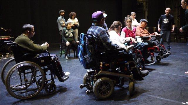 Actores de la Fundació Pere Mitjans junto a Cabo San Roque y Roberto Magro