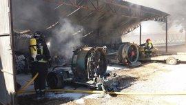 Un incendio destruye un almacén agrícola y diversa maquinaria, en Caspe (Zaragoza)