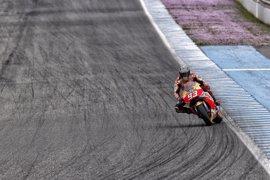 Márquez se disloca el hombro pero completa el test Honda en Jerez