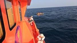 Llegan a Almería las 32 personas subsaharianas rescatadas de una patera en mar de Alborán