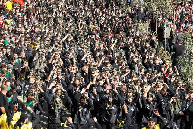 Miembros de Hezbolá desfilan en Beirut durante la Ashura