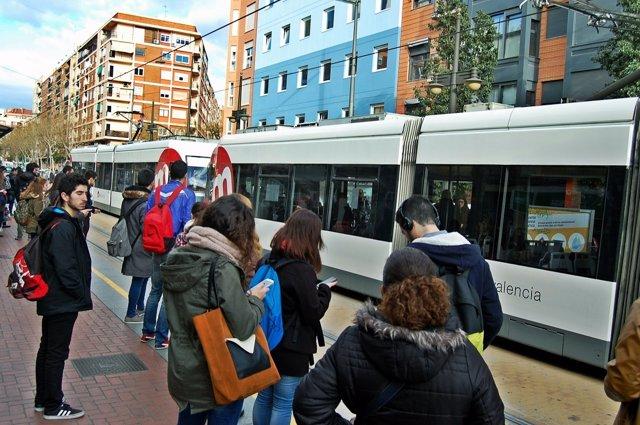 Usuarios de Metrovalencia esperando para coger el tranvía