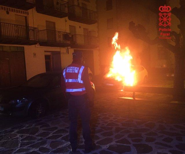 Coche ardiendo en Elzondo