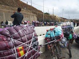 Porteadores marroquíes solo podrán llevar bultos de hasta 60 centímetros de lado por el nuevo paso fronterizo de Ceuta