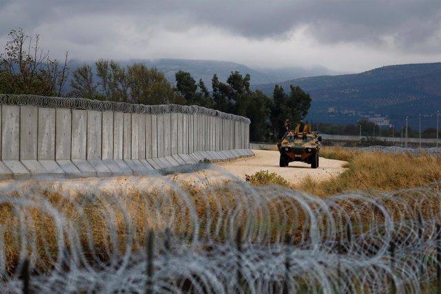 Un blindado turco en el muro con Siria