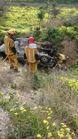 El coche ha quedado dañado y los bomberos han cortado la batería
