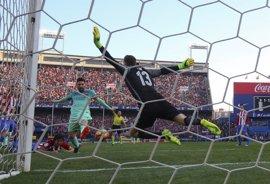 Messi rescata al Barcelona en el Calderón