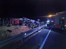 Dos personas sufren policontusiones en un accidente de tráfico entre un trailer y un turismo