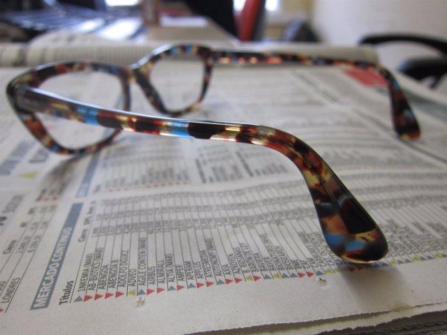 Gafas, lectura de un periódico
