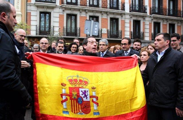 Un hombre con una bandera de España cuando Homs llega al Supremo