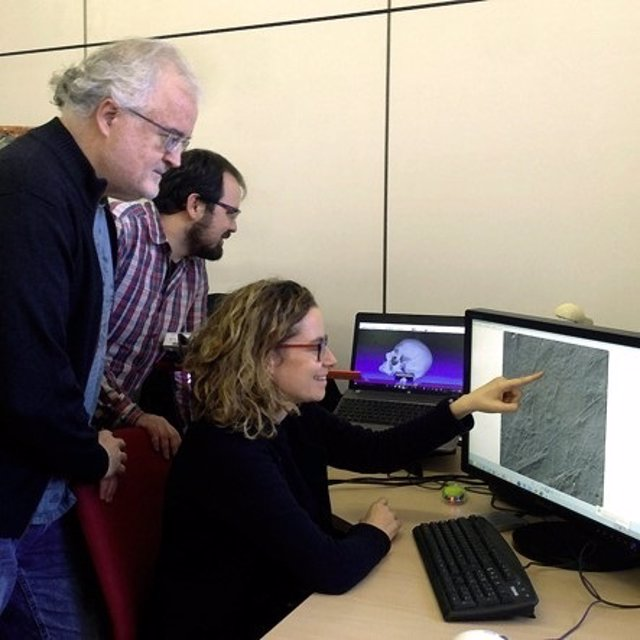 Los investigadores A. Pérez-Pérez, L. Martínez y F. Estebaranz en la UB