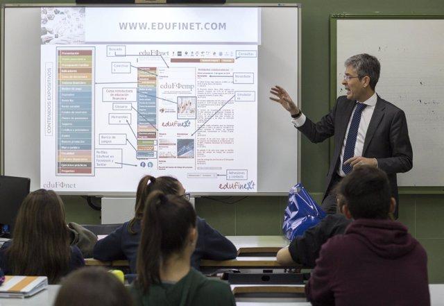 Unicaja lleva Edufinet a alumnos de Cáceres