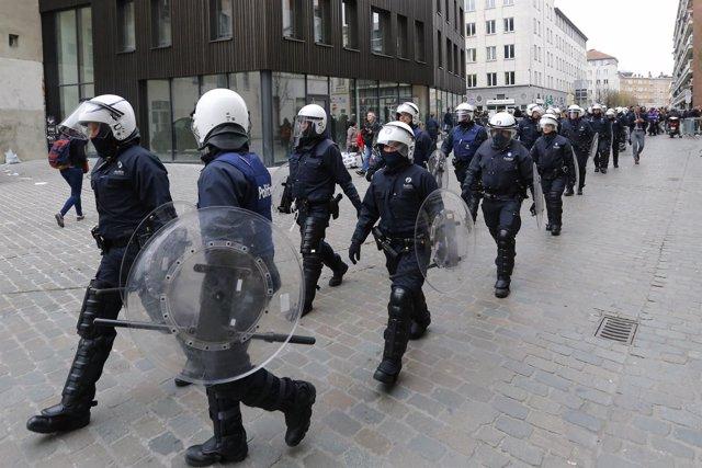 Policías belgas tomando posiciones en el barrio de Molenbeek, en Bruselas