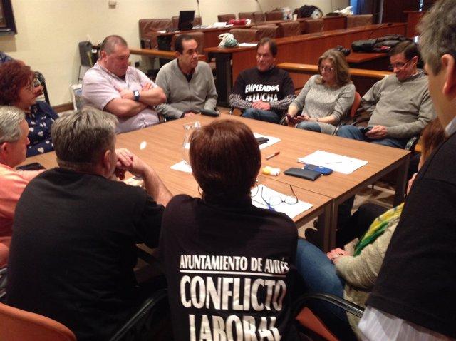 Ramón Argüelles (IU) con los trabajadores del Ayuntamiento de Avilés encerrados