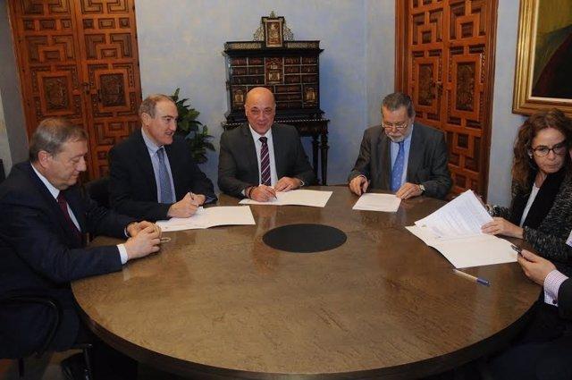 Antonio Ruiz (centro), durante la firma del acuerdo