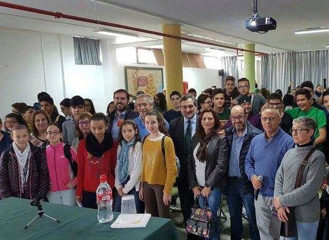 El diputado Ángel Escobar con el alumnado que ha participado en la charla.