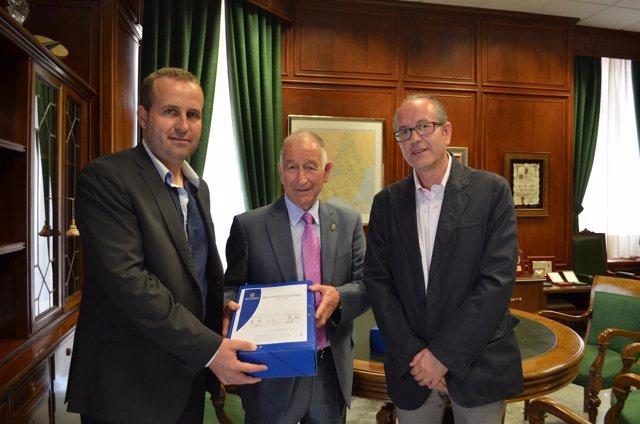 Gabriel Amat y Domingo Ramos, en la firma del convenio de colaboración.