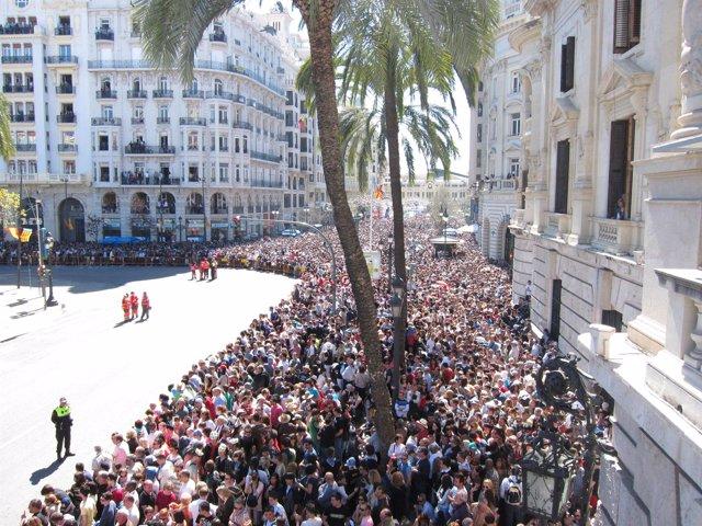 Público esperando el inicio de una 'mascletà' de Fallas