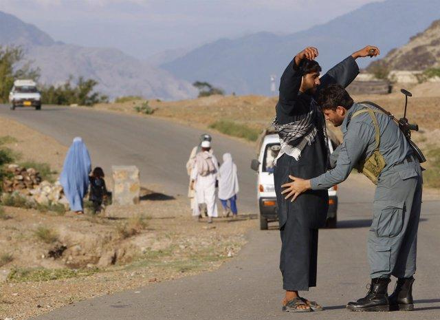 Un policía afgano realiza un registro en Kunar