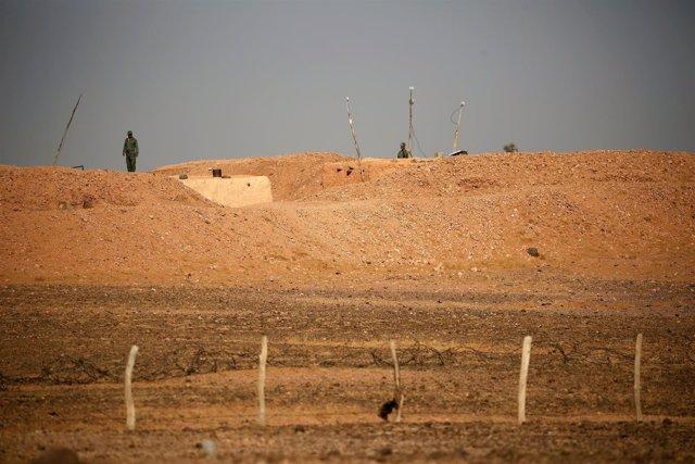 Soldados marroquíes en el muro del Sáhara Occidental
