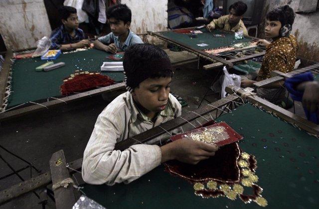 Niños realizando trabajos forzosos