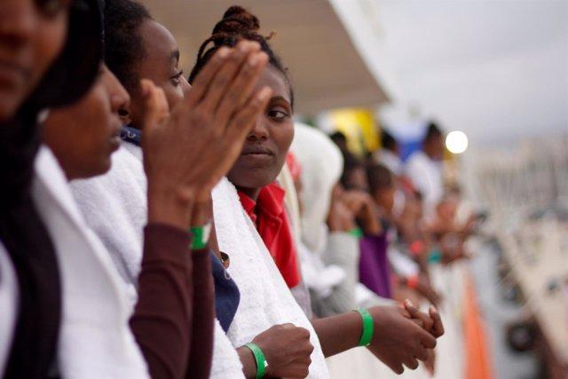 Varias mujeres eritreas en el puerto de Catania tras ser rescatadas por MSF.