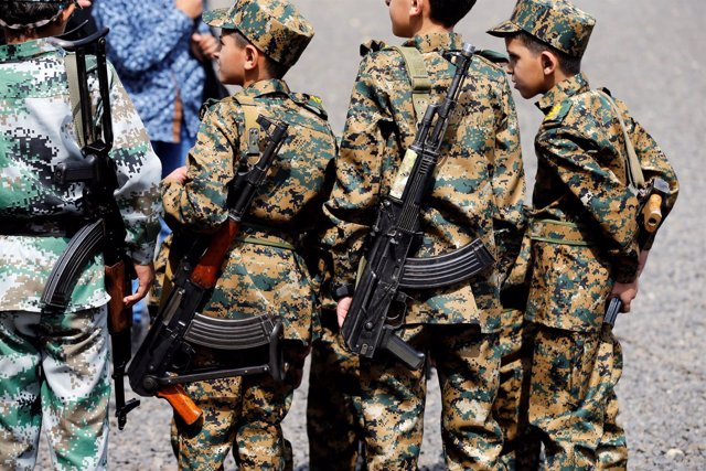 Niños con fusiles durante un desfile a favor de los huthis en Saná