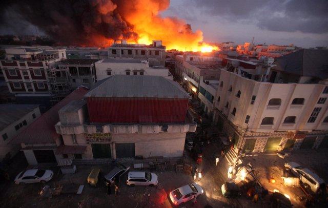Incendio en el mercado de Bakaro, en la capital de Somalia, Mogadiscio