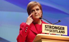 """Sturgeon avisa de que la """"intransigencia"""" de May podría llevar a un segundo referéndum de independencia"""