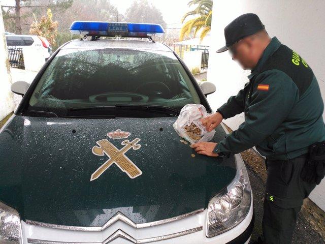 Cuatro detenidos en Arbo por robar dinero en una tragaperras.